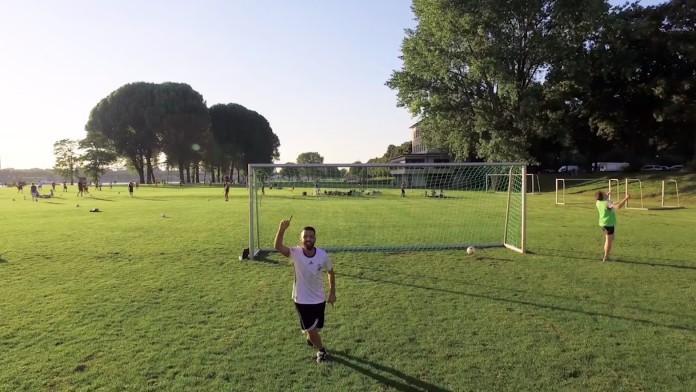 Ausbildung bei der DEG: Ein Auszubildender spielt Fußball auf den Poller Wiesen in Köln