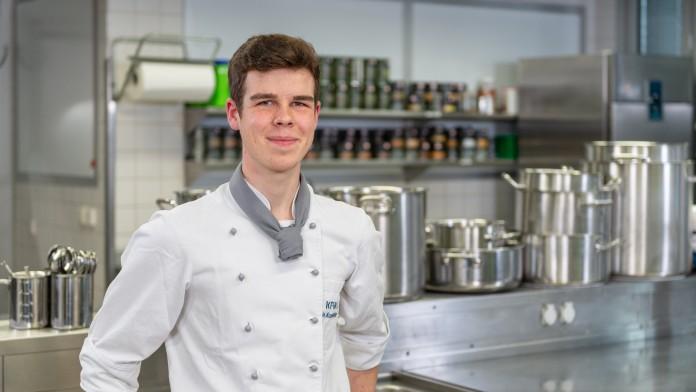 Junger Koch in Großküche.