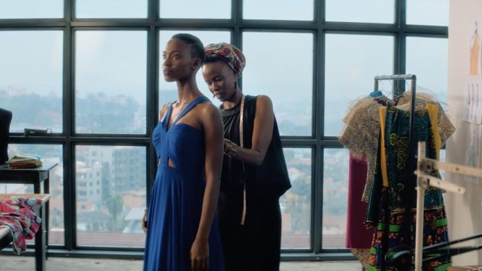 Junge Frau aus Uganda in Modeatelier.