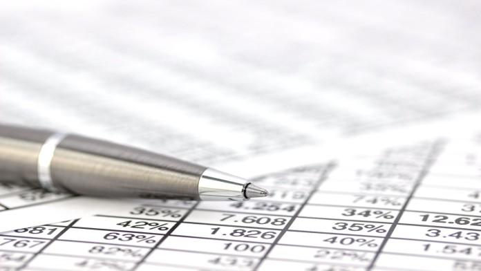Zahlenkolonnen mit Stift
