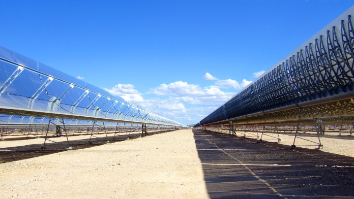 Parabolrinnen eines Solarfarmkraftwerkes