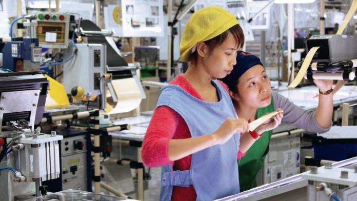 Zwei Mitarbeiterinnen eines vietnamesischen Automobilzulieferers