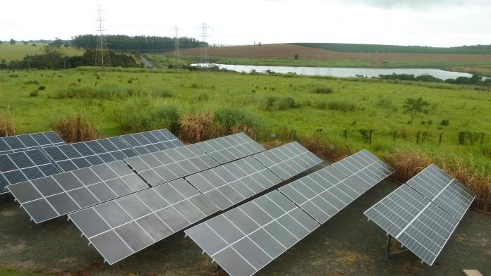 Solaranlage in grüner Landschaft in Kenia.