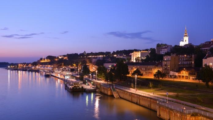 Blick auf eine nächtliche Stadt am Fluss