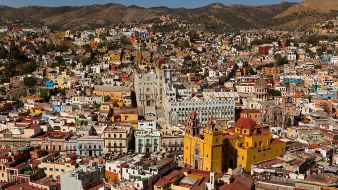 Blick auf die bunten Häuser einer mexikanischen Stadt