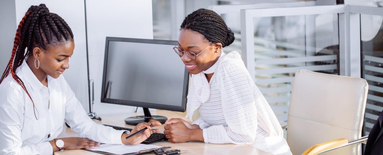 Zwei Frauen während eines Beratungsgesprächs bei einer Bank in Südafrika
