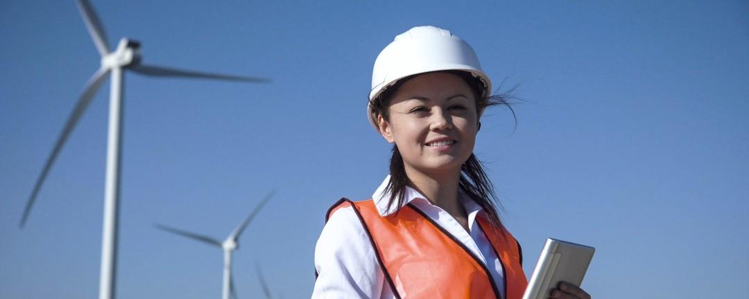 Ingeneurin vor einem Windpark